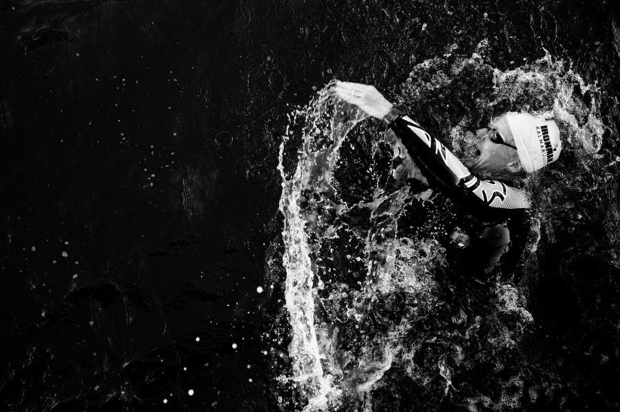 KALMAR, SVERIGE - 15 AUGUSTI 2015 : en deltagare simmar under Ironmantävlingen i Kalmar.